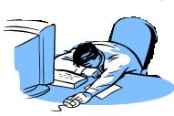 机の上で昼寝する